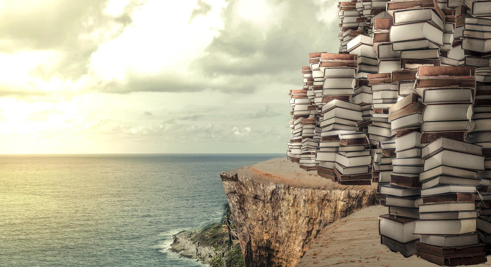 Foto von Büchern auf einer idyllischen Klippe, Urlaubsfeeling.